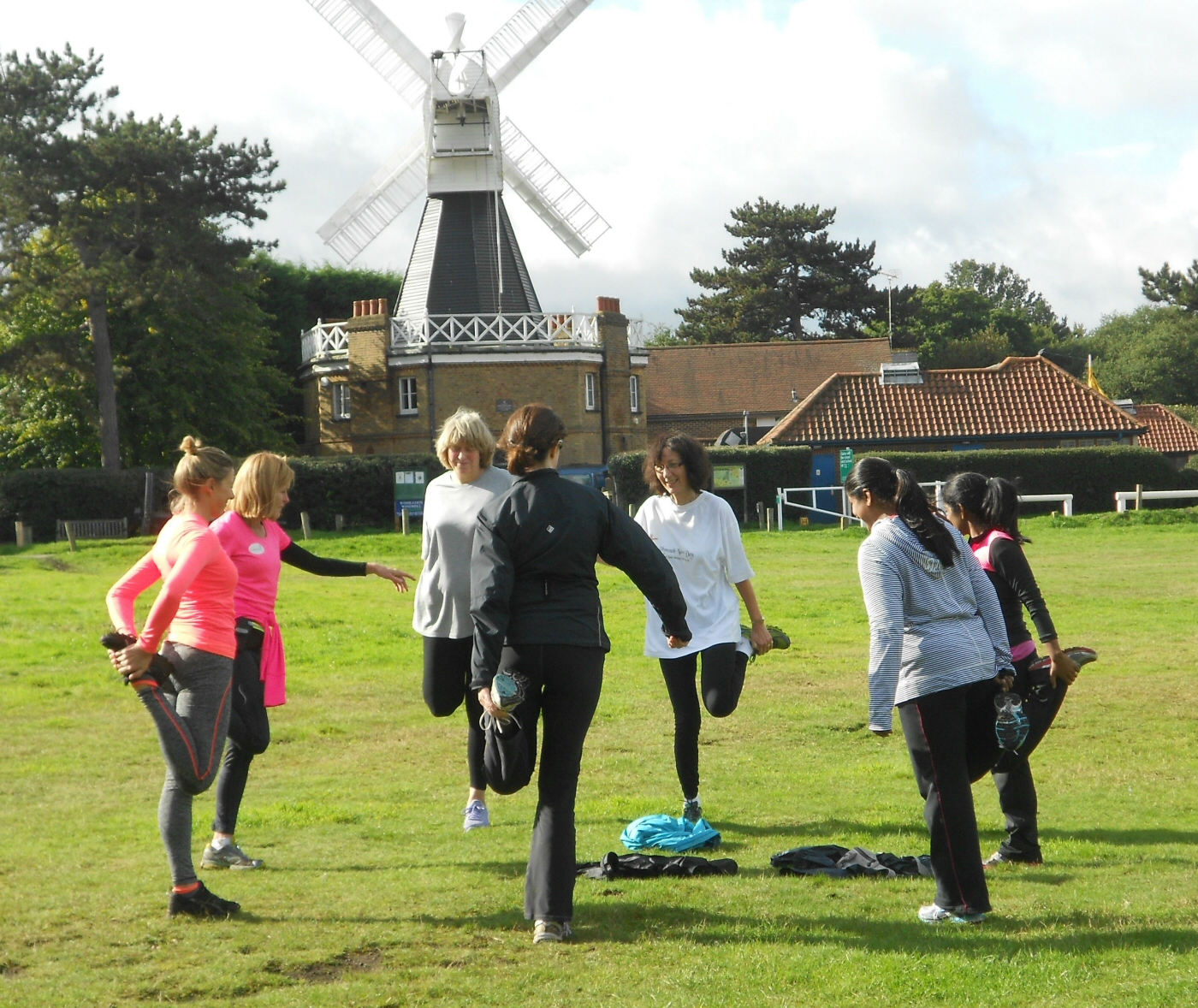 4-beginner-runners-stretching-outside-the-windmill-cafe